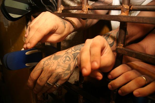No Brasil, 65 mil pessoas estão encarceradas por crimes de furto. Pela proposta, em casos de furtos, a vítima deve provocar o Estado para que se inicie a ação penal