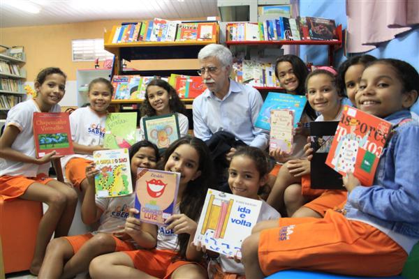 Com alunos e professores, Pacheco passou a quarta-feira na escola Hegésippo Reis, que já aplica método de ensino coletivo. Educador brincou, fez desafio da raiz quadrada e disse:  as escolas formam bonsais humanos.