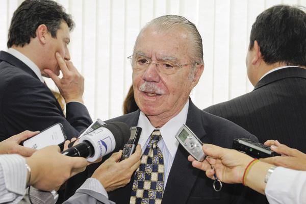 Senador José Sarney afirma que contratou um advogado para parcelar o débito com o Fisco