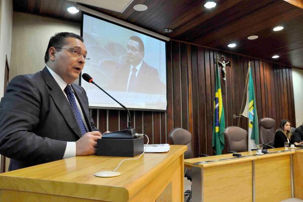 Ezequiel Ferreira de Souza sobe na tribuna da Assembleia Legislativa para lamentar destituição