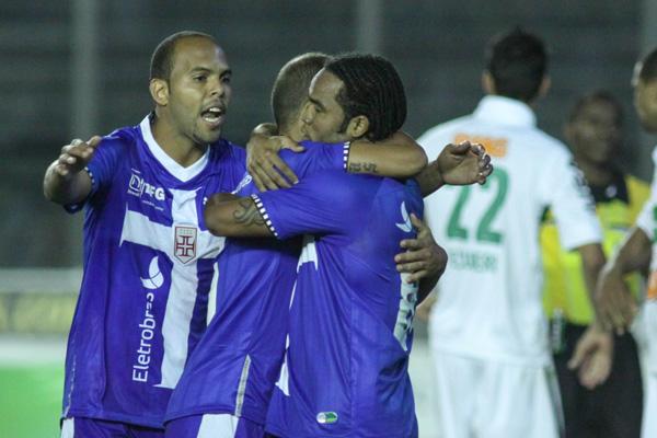 Felipe, autor do gol de empate, agradece a boa assistência de Carlos Alberto junto com Alecsandro