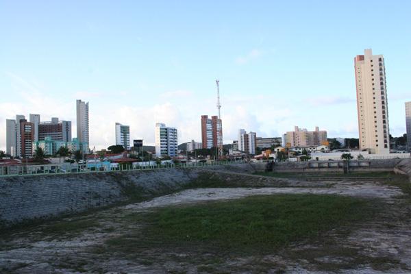 Moradores do rua João Motta reclamam do abandono da lagoa de captação, que está inacabada