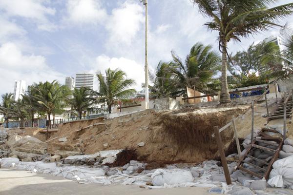 Mesmo com ações de contenção, outros trechos do calçadão voltaram a desabar durante este final de semana em Ponta Negra