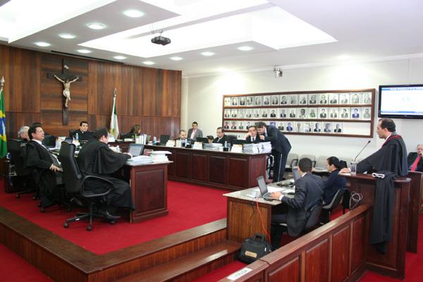 Juízes eleitorais passam o dia em sessão para julgar os recursos que tentam restituir os registros de candidaturas