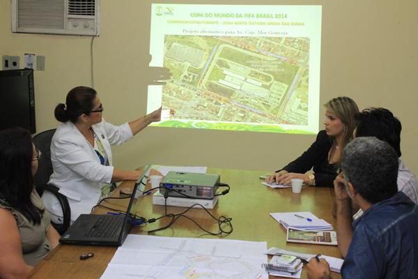 A secretária Tereza Cristina (E), da Semopi, explicou como pretende executar obras de recuperação urbana nos últimos meses da gestão