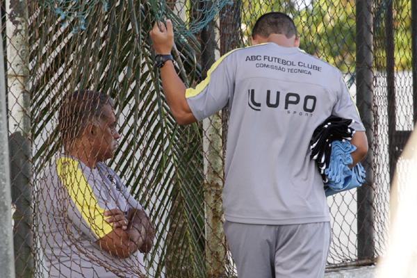 O técnico do ABC, Ademir Fonseca se limitou a conversar com seu filho, auxiliar-técnico, durante a realização dos trabalhos, ontem
