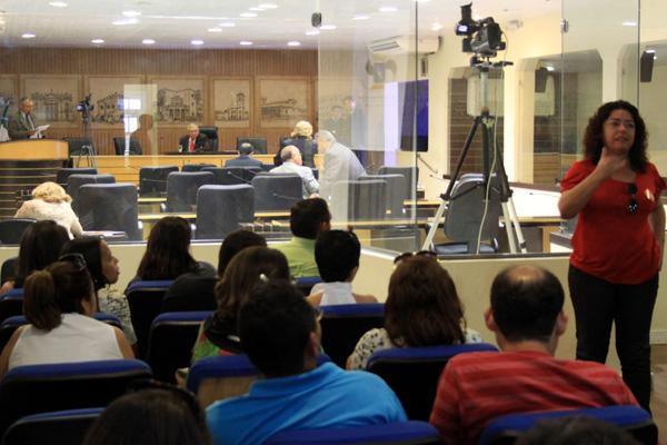O plenário estava esvaziado, com sete vereadores. Já a galeria estava lotada, com, pelo menos, 30 pessoas.