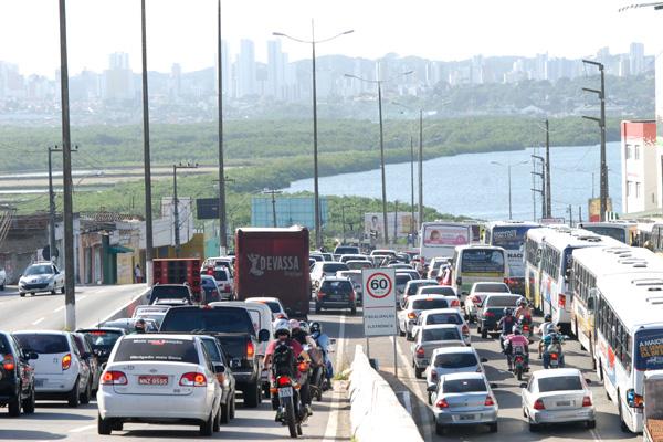 Viaduto no cruzamento da avenida João Medeiros com a av. Tomaz Landim