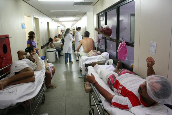Na tarde de ontem, 69 pacientes estavam internados em macas pelos corredores do Walfredo Gurgel