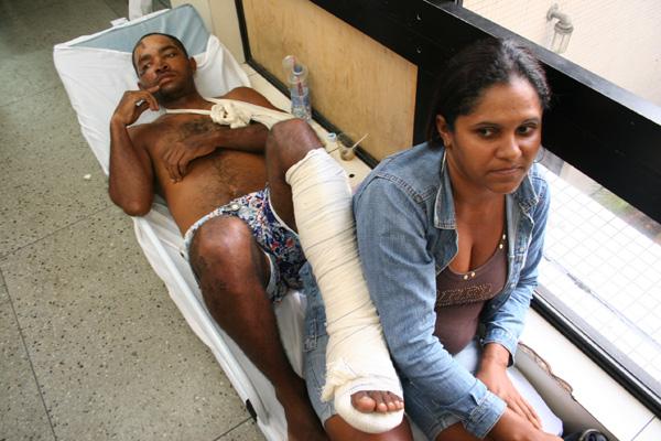 Creuza Maria divide a maca com o marido Rivelino Rafael, que sofreu acidente e aguarda atendimento