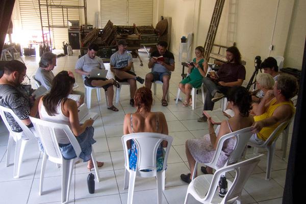 Elenco do grupo Clowns de Shakespeare em um dos primeiros encontros com o diretor Márcio Aurélio