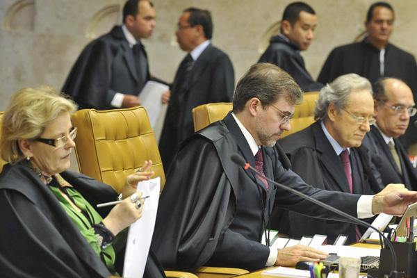 Ministros do Supremo retomam julgamento da ação penal que ficou conhecida como mensalão