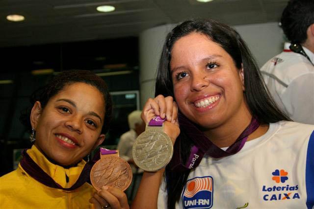 Joana Maria (à esq.) e Edênia Garcia chegando no Aeroporto