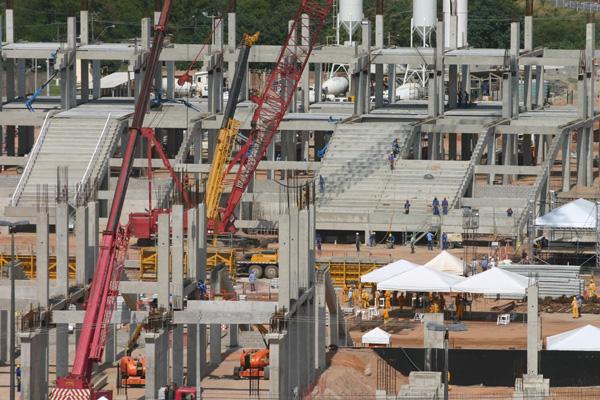 Arquibancadas inferiores da arena começam a ganhar forma