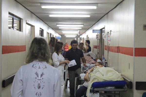 A falta de leitos é mais caótica na rede pública de saúde. O Hospital Walfredo Gurgel, por exemplo, tinha ontem quase cem pacientes internados pelos corredores