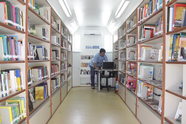 Bibliotecas itinerantes como a Bibliosesc e Arca das Letras, e fixas como o Livro sem Fronteiras, na estação da CBTU, mostram, cada uma à sua maneira, que é possível levar a leitura para perto das pessoas