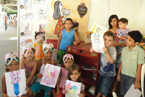 Crianças participam de atividades com os agentes de leitura