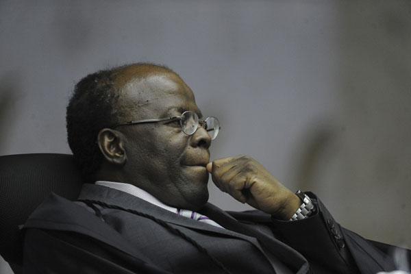 O ministro relator, Joaquim Barbosa, pediu ao menos uma sessão e meia para ler seu voto