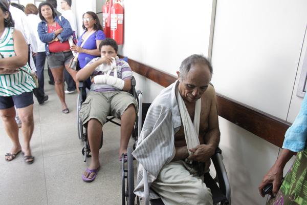 Fausto Landim, de 14 anos, e João Ferreira Lucas, de 66 anos, aguardavam ontem atendimento há mais de 24h em cadeiras de rodas no HWG