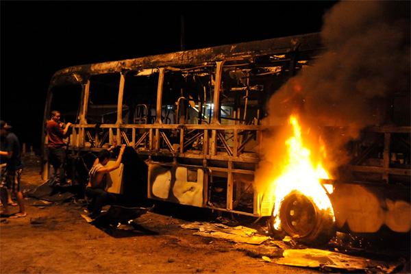 O ônibus incendiado no bairro Nordeste atraiu a atenção de moradores. Não há informação se o incêndio foi intencional ou não.