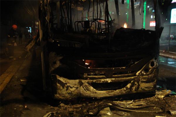 Segundo informações da Polícia Militar, alguns dos manifestantes foram responsáveis pelo incêndio do ônibus na avenida Bernardo Vieira