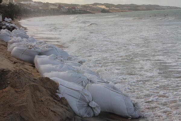 Sacos foram colocados em Ponta Negra para conter força do mar