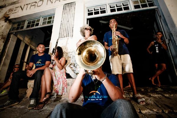 Jovens músicos do projeto Ilha da Música, sob a regência de Gilberto Cabral, se apresentam no Buraco da Catita. Aqui, ensaiam para a foto no Clube de Remo, o mais novo espaço a se integrar ao Circuito