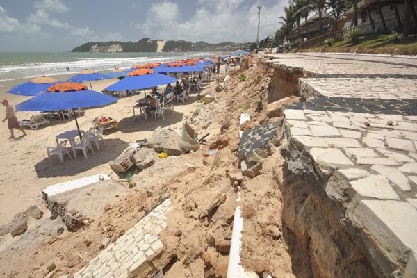 Sem obras preventivas, calçadão de Ponta Negra foi destruído pelas ondas do mar em 12 pontos