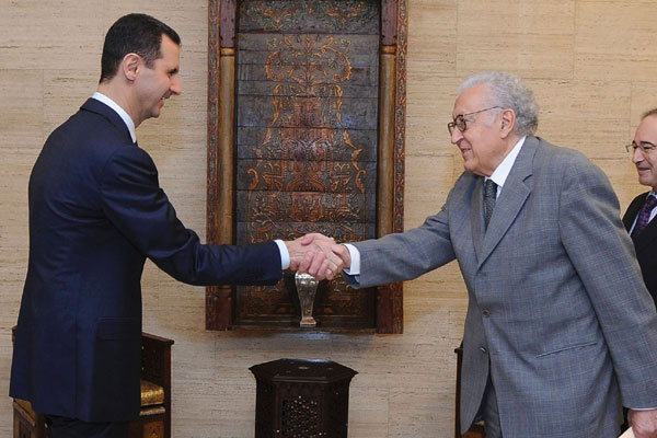 O presidente sírio, à esquerda, cumprimenta Brahimi durante encontro em Damasco, quando discutiu-se o cessar-fogo