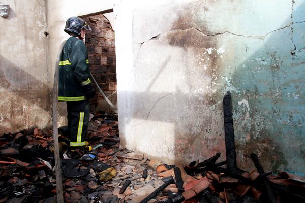 Bombeiros foram chamados ao local e conseguiram conter o foto