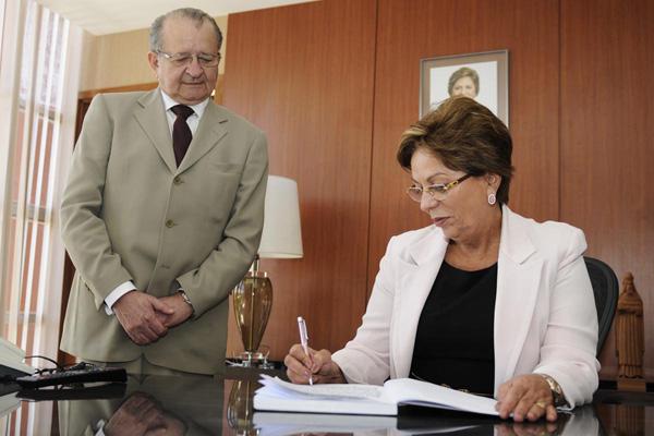 Rosalba Ciarlini assina o termo de posse do novo secretário-chefe do Gabinete, Carlos Augusto Rosado