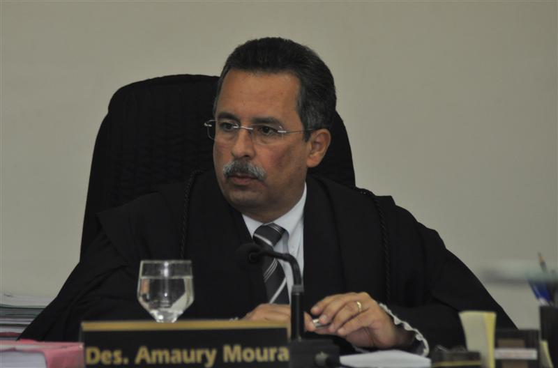 O Desembargador Amaury Moura deferiu o pedido do Procurador Geral de Justiça, Manoel Onofre Neto, para afastar a prefeita Micarla de Sousa do cargo.