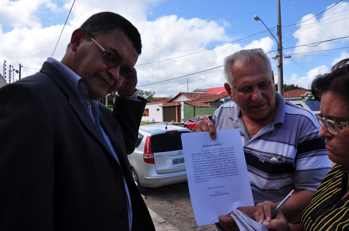 Acompanhado do secretário de Comunicação, Paulo Lopo Saraiva mostra a procuração