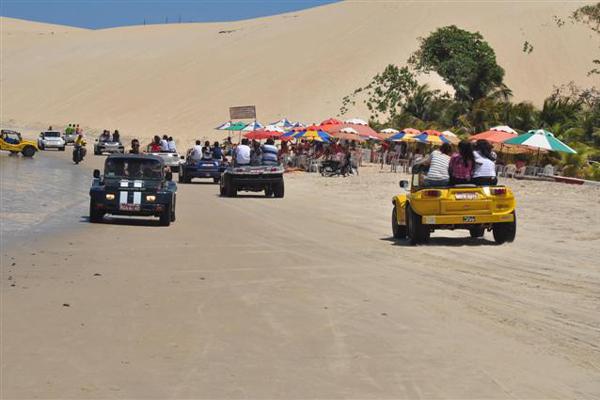 Bugueiros e seus passageiros não se incomodavam em infringir as leis de trânsito na orla de Jenipabu
