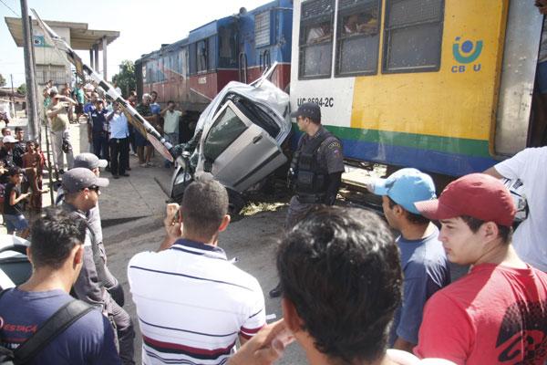 Saveiro ficou completamente destruída após colisão com trem no Bom Pastor
