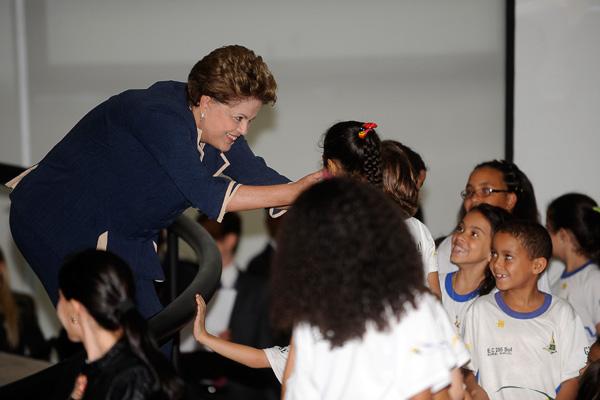 Presidenta Dilma cumprimenta crianças durante solenidade de lançamento do Pacto Nacional pela Alfabetização na Idade Certa