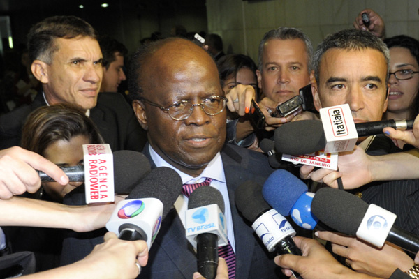 Ministro Joaquim Barbosa concede entrevista coletiva após convidar o presidente do Senado, José Sarney, para a posse no Supremo