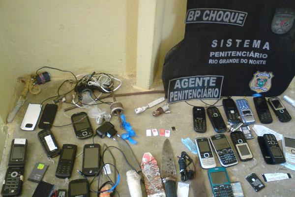 Foram apreendidos aproximadamente 20 telefones e 30 armas artesanais