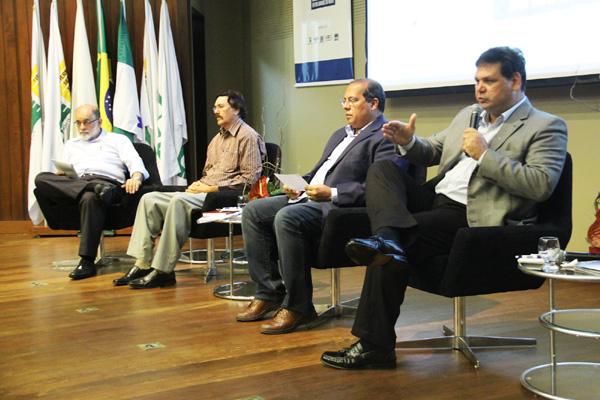 Gabriel Calzavara (D), da Atlântico Tuna, alimentou debate com informações sobre  a parceria com o Japão, fator que permitiu salto na pesca oceânica nos últimos anos