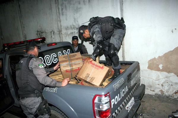 Policiais carregam a droga apreendida em Parnamirim