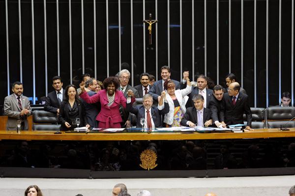 As deputadas Benedita da Silva e Janete Pietá (de braços erguidos), comemoram a aprovação com o presidente da Câmara, Marco Maia