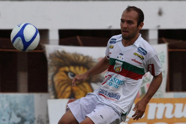 Após breve passagem pelo Boa Esporte, Fabinho Cambalhota volta ao Baraúnas, onde se destacou na Série D deste ano