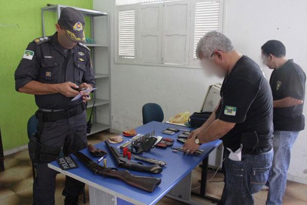 Policiais Civis e Militares recolheram material ilegal apreendido com criminosos