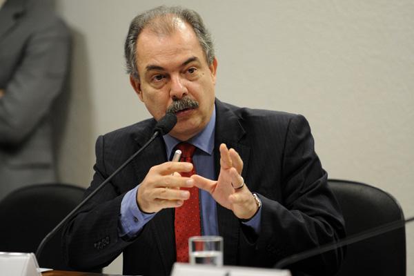 Mercadante anuncia criação de política de assistência estudantil