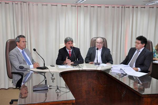 José Dias apresenta relatório aos demais integrantes da Comissão, Hermano Morais e Tomba Farias