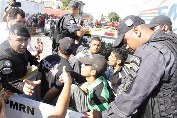 Os quatro acusados, presos após terem invadido a fábrica e manterem funcionários como reféns