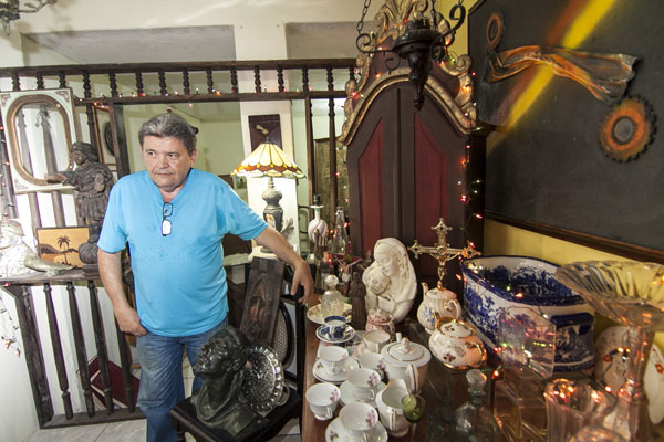 Pedro Alcântara, comerciante do Mercado de Petrópolis, diz que devido ao público do mercado, a menor oferta de frutas e peixes é natural