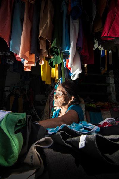 Maria Francisca Lima, comerciante do Mercado da 4, no Alecrim, reclama do lixo e do abandono administrativo no local