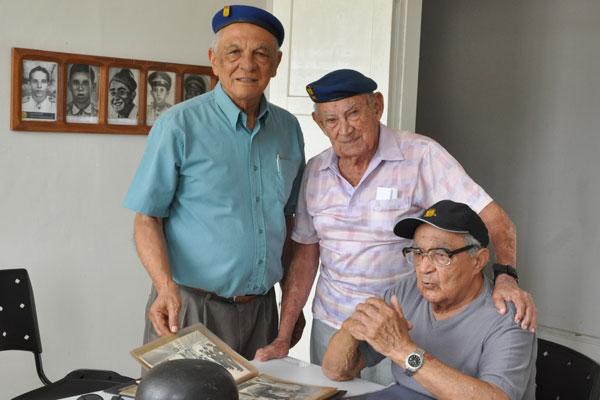 O major Cleantho Homem de Siqueira entre os também ex-combatentes Severino Gomes e Geraldo Seabra