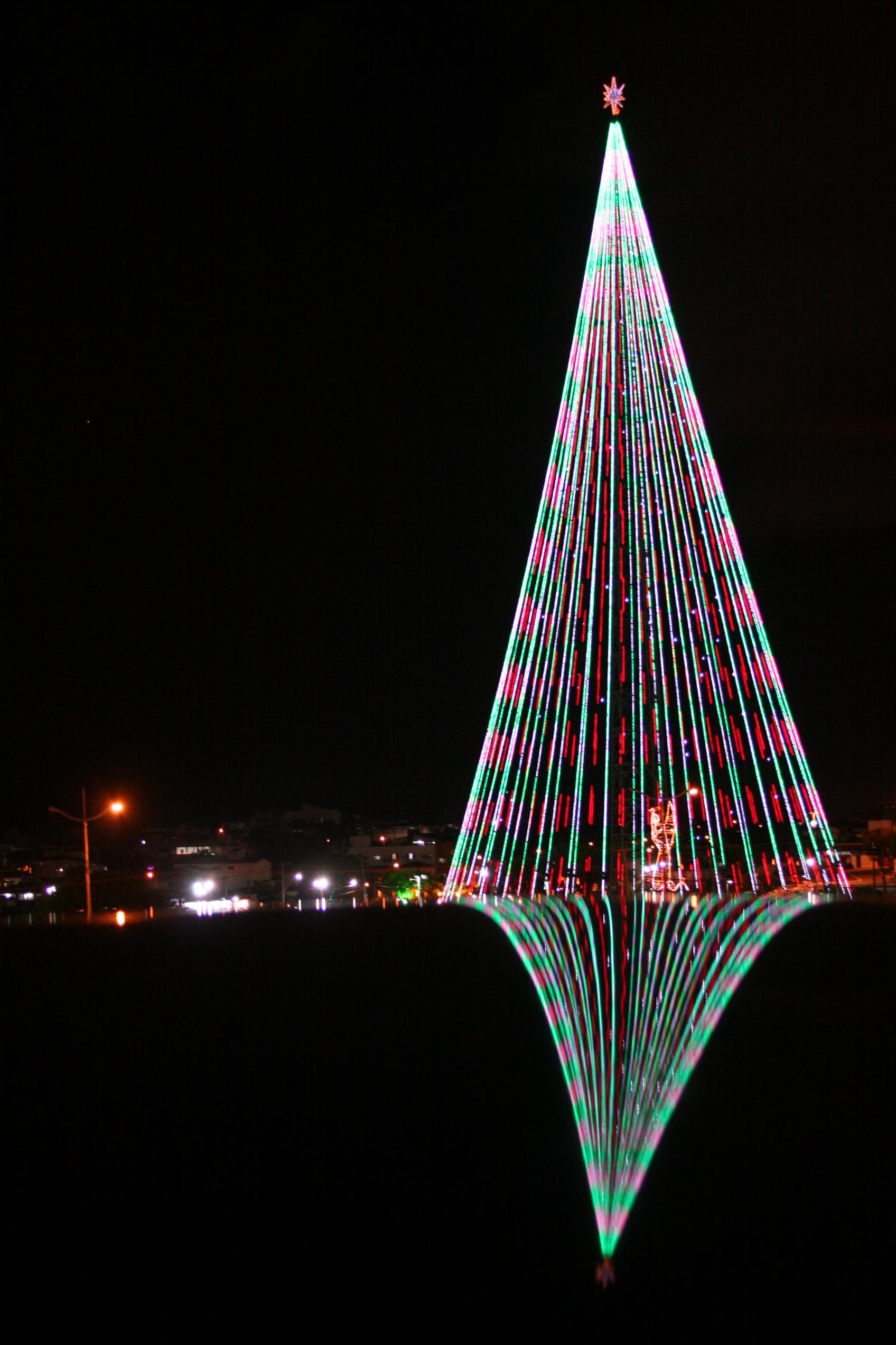 Cerca de 500 mil lâmpadas de led e estrondo são responsáveis pelo efeito pisca-pisca nas cores verde, vermelha e branca da árvore